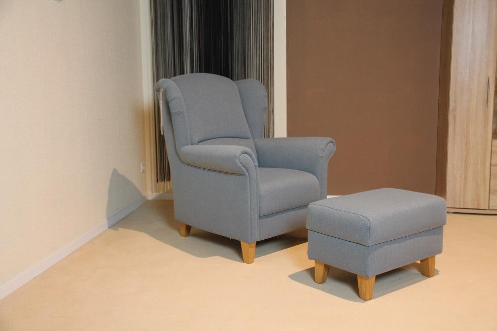 LEON Ohrenbacken-Sessel  +  Hocker